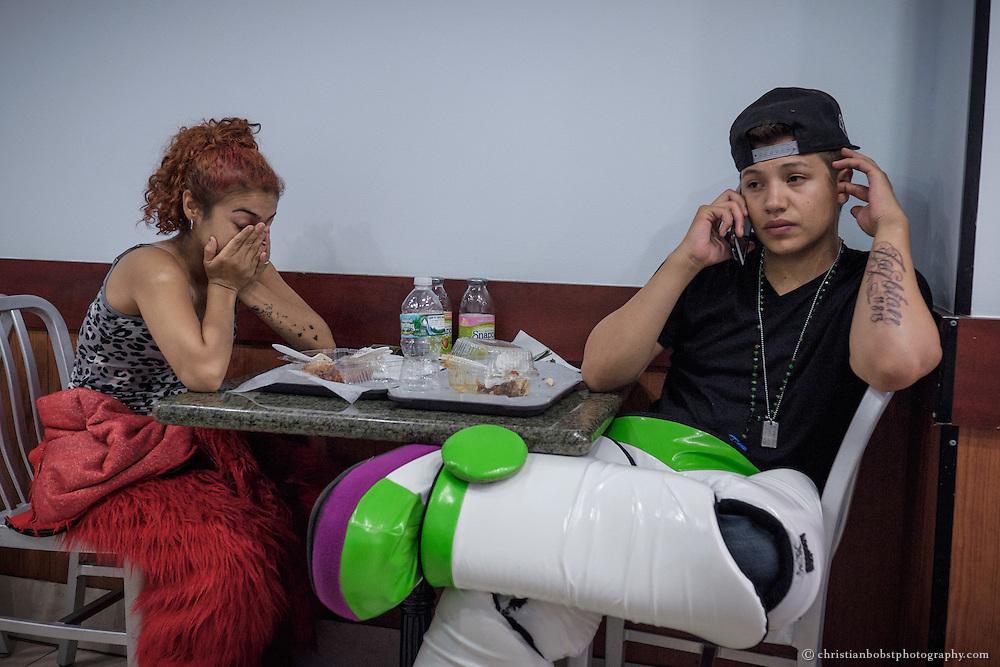 Buzz Lightyear und Elmo versorgen mit der Arbeit ihren Sohn. Weil das Babys krank ist, arbeiten sie seit Tagen durch, um die Arztrechnungen bezahlen zu können.