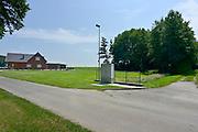 Duitsland, Tuddern, 19-6-2013Voormalig geannexeerd gebied rond Selfkant.De grenslijn bij het huis van mevr. Hoffmans liep na de annexatie van het bosje via de lantaarnpaal over de weg.Foto: Flip Franssen
