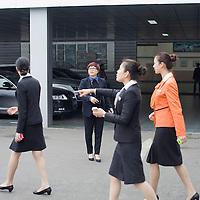 CHENGDU, 10/17/2012 :   Wu Yali (C), Vorsitzende der Audi New Elements Gruppe in Chengdu mit Angestellten .