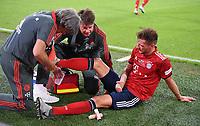 Fussball  Abschiedsspiel  Bastian Schweinsteiger  28.08.2018 FC Bayern Muenchen - Chicago Fire Leon Goretzka (re, FC Bayern Muenchen) wird von Mannschaftsarzt Hans-Wilhelm Mueller-Wohlfahrt  (li, FC Bayern Muenchen) behandelt