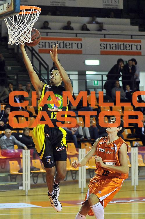 DESCRIZIONE : Udine Lega A2 2010-11 Snaidero Udine Mazzeo San Severo<br /> GIOCATORE : Myles McKay va Tommaso Rinaldi<br /> SQUADRA :  Mazzeo San Severo<br /> EVENTO : Campionato Lega A2 2010-2011<br /> GARA : Snaidero Udine Mazzeo San Severo<br /> DATA : 31/10/2010<br /> CATEGORIA : Tiro<br /> SPORT : Pallacanestro <br /> AUTORE : Agenzia Ciamillo-Castoria/S.Ferraro<br /> Galleria : Lega Basket A2 2009-2010 <br /> Fotonotizia : Udine Lega A2 2010-11 Snaidero Udine Mazzeo San Severo<br /> Predefinita :