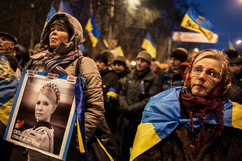 manifestation à Kiev, ukraine le dimanche 8 décembre 2013. manifestants anti Ianoukovitch. une femme tient le portrait de Ioulia Tymotchenko, opposante au régime emprisonnée depuis 2011.
