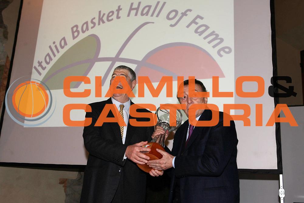 DESCRIZIONE : Bologna Palazzo Accursio Presentazione della Hall of Fame della FIP Federazione Italiana Pallacanestro<br /> GIOCATORE : Dado Lombardi Avvocato Porelli<br /> SQUADRA : FIP Federazione Italiana Pallacanestro <br /> EVENTO :  Presentazione Hall of Fame<br /> GARA : <br /> DATA : 11/02/2007 <br /> CATEGORIA : Award<br /> SPORT : Pallacanestro <br /> AUTORE : Agenzia Ciamillo-Castoria/E.Castoria<br /> Galleria : Fip Nazionali 2007<br /> Fotonotizia : Bologna Palazzo Accursio Presentazione della Hall of Fame della FIP Federazione Italiana Pallacanestro<br /> Predefinita :