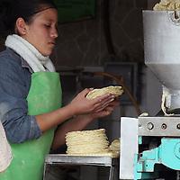 TOLUCA, México.- A pesar de que el aumento de la tortilla solo se autorizo en el distrito federal, los vendedores de este producto en la capital mexiquense también elevaron  el precio de 8 peso a 9.50, por lo que las amas de casa se encuentran en descontento. Agencia MVT / José Hernández. (DIGITAL)