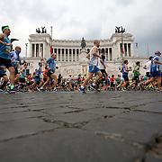 Roma 02/04/2017 <br /> Maratona di Roma 2017<br /> il passaggio di fronte all'altare della patria