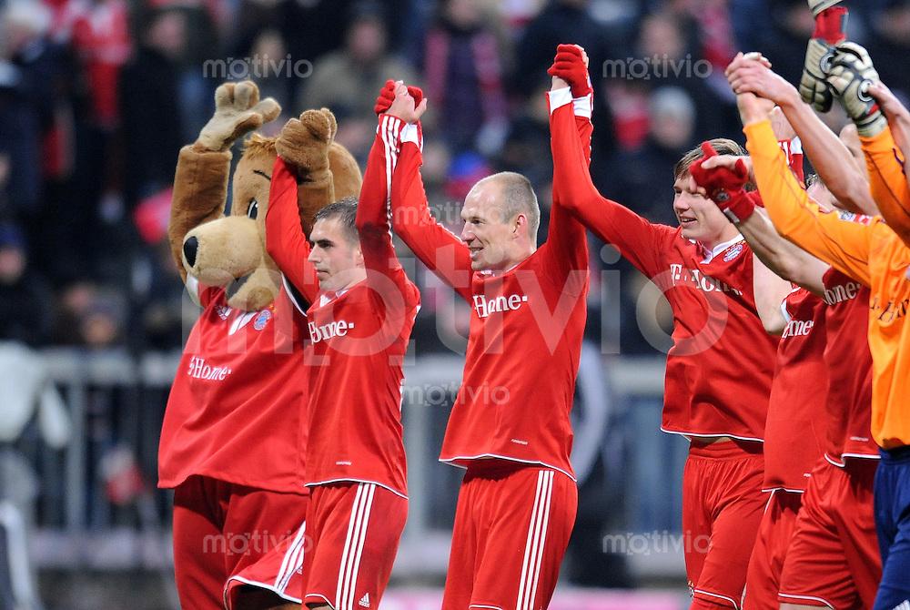 Fussball 1. Bundesliga :  Saison   2009/2010   20. Spieltag  30.01.2010 FC Bayern Muenchen - FSV Mainz 05 ,  Jubel mit Maskottchen Bernie , Philipp Lahm  und  Arjen Robben  (FCB)