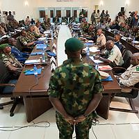 14/01/2013. Bamako, Mali. Reunion extraordinaire des chefs d'Etat de la CEDEAO à Bamako. Le général Nigerien, Shehu Abdulkadir, (de dos) commandant des troupes maliennes, se présente aux membres de la CEDEAO. ©Sylvain Cherkaoui
