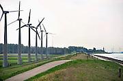 Nederland, Urk, 25-8-2011Het windmolenpark van Essent aan de dijk langs het ijsselmeer. De stroomproducent is van plan dit te vervangen door windmolens die aanzienlijk groter zijn. Er is veel bezwaar vanuit de bevolking tegen dit plan.Foto: Flip Franssen/Hollandse Hoogte