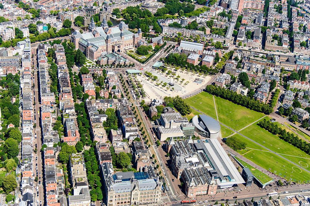 Nederland, Noord-Holland, Amsterdam, 29-06-2018; Amsterdam-Zuid, Museumkwartier. Met aan het Museumplein Rijksmuseum, Van Goghmuseum, Stedelijk Museum.  Paulus Potterstraat.<br /> Museum quarter.<br /> View of the old town, w belt of canals.<br /> luchtfoto (toeslag op standard tarieven);<br /> aerial photo (additional fee required);<br /> copyright foto/photo Siebe Swart
