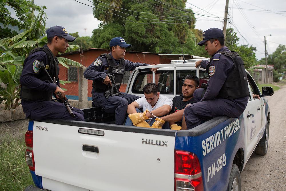 San Pedro Sula, Honduras<br /> <br /> Tv&aring; m&auml;n har gripits misst&auml;nkta f&ouml;r att ha skjutit en man till d&ouml;ds. Polisen s&auml;tter pappersp&aring;sar p&aring; deras h&auml;nder f&ouml;r att s&auml;kra krutrester.<br /> <br /> Photo: Niclas Hammarstr&ouml;m