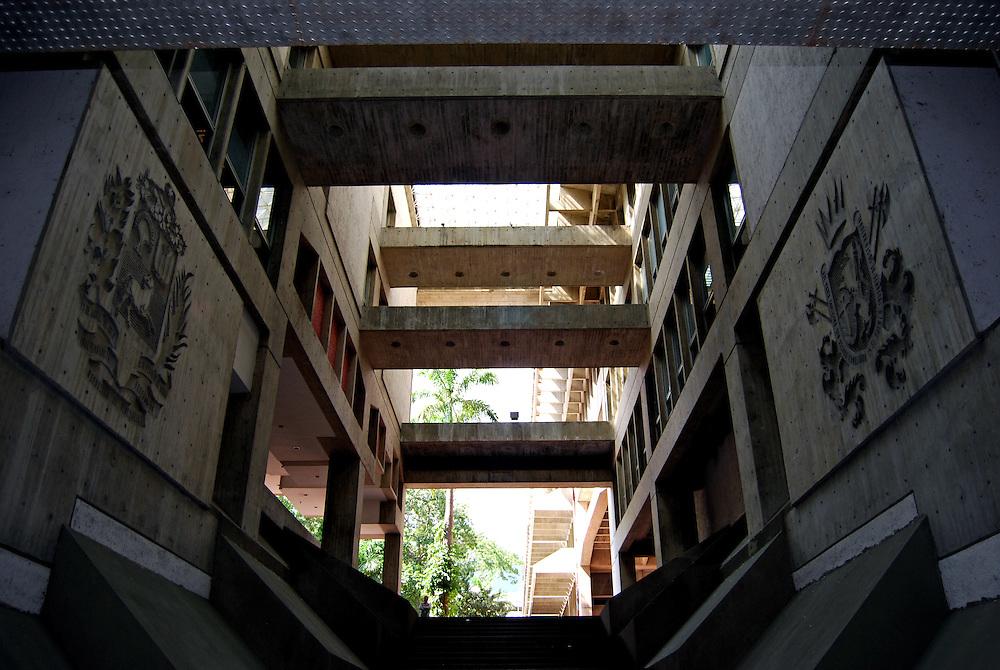 BIBLIOTECA NACIONAL<br /> Photography by Aaron Sosa<br /> Caracas - Venezuela 2008<br /> <br /> La Biblioteca Nacional de Venezuela (BNV) es un servicio p&uacute;blico, se encuentra ubicado en el Distrito Capital, Municipio Libertador, Parroquia Altagracia, al final de la Avenida Pante&oacute;n en Caracas, creado el 13 de julio de 1833, por Decreto Presidencial, bajo el gobierno del General Jos&eacute; Antonio P&aacute;ez. En la actualidad, tiene el car&aacute;cter de Instituto Aut&oacute;nomo, adscrito al Ministerio de la Cultura establecido mediante Ley promulgada el 27 de julio de 1977.<br /> <br /> En un edificio de 80 mil metros cuadrados, alberga cerca de tres millones de vol&uacute;menes de libros. Adicionalmente, la colecci&oacute;n incluye otro tanto de ejemplares hemerogr&aacute;ficos, documentales y audiovisuales bien conservados. La Biblioteca cuenta con cinco incunables, de los cuales, el ejemplar m&aacute;s antiguo est&aacute; fechado en 1471.