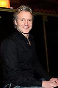 Erland Galjaard aanwezig bij de Boekpresentatie en persbijeenkomst van Char. Op de foto Erland Galjaard achter de piano, een passie