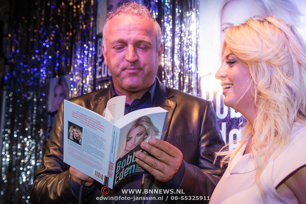 NLD/Amsterdam/20140325 - Boekpresentatie Bobbi Eden, boek word uitgereikt door Gordon Heuckeroth