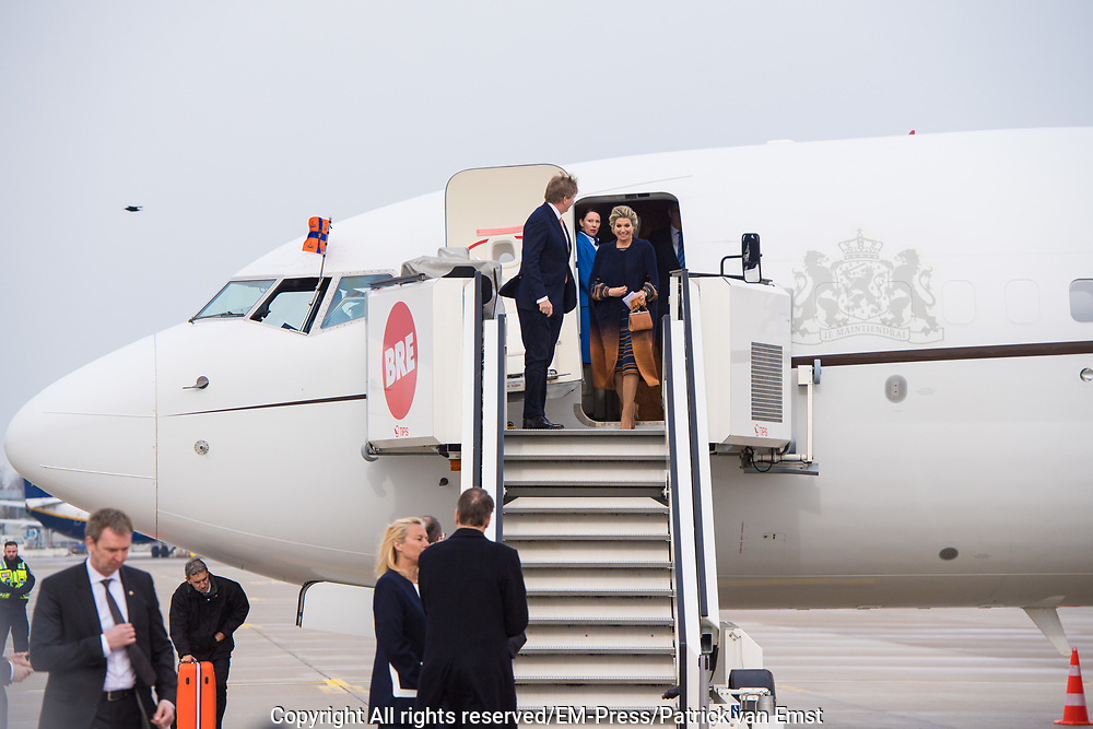 Koning Willem-Alexander en koningin Maxima komen aan op het vliegveld voor een werkbezoek aan de Vrije Hanzestad Bremen.<br /> <br /> King Willem-Alexander and Queen Maxima arrive at the airport for a working visit to the Free Hanseatic City of Bremen.