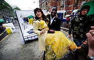 AMSTERDAM - Ellen ten Damme in bed op het Leidseplein in Amsterdam. De artieste voert, samen met het Wereld Natuur Fonds, actie voor de bedreigde zeeschildpadden. Ze moedigt mensen aan bij haar in het nest te kruipen, als symbool voor het beschermen van nesten van zeeschildpadden. ANP ROBIN UTRECHT