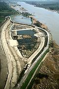 Nederland, Zuid-Holland, Willige Langerak, 08-03-2002; Lekdijk (ten Oosten van Schoonhoven); dijkverbetering: de oorspronkelijke dijk buigt naar de rivier (naar rechts); links wordt een nieuwe dijk gebouwd en als deze klaar is wordt de oude dijk verlaagd zodat de rivier meer de ruimte krijgt (en het tussen liggende gebied bij grote wateraanvoer kan overstromen).dijkverzwaring rivier hoog water uiterwaard polder hoogheemraadschap.<br /> luchtfoto (toeslag), aerial photo (additional fee)<br /> foto /photo Siebe Swart