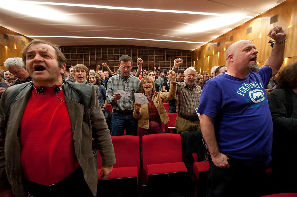 """08 JAN 2011, BERLIN/GERMANY:<br /> Teilnehmer der Konferenz singen die """"Internationale"""" und ballen die Faust, 16. Internationale Rosa-Luxenburg-Konferenz, Urania Haus<br /> IMAGE: 20110108-01-063<br /> KEYWORDS: Kommunismus"""