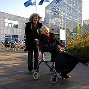 NLD/Almere/20051129 - Better Life Thuiszorg met nieuwe rolstoelen in het Flevoziekenhuis Huizen