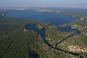 "Müggelsee, Luftaufnahme, Blick von Südosten mit Spree-Mündung, Kleinem Müggelsee, Bauersee und ""Die Bänke"", Berlin, Deutschland. Lake Müggelsee, aerial view, seen from the Southeast with mound of river Spree, Kleiner Müggelsee, Bauersee and nature reserve ""Die Bänke"", Berlin, Germany."