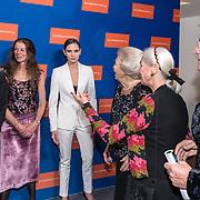 NLD/Amsterdam/20191114 - Prinses Beatrix en Prinses Margriet bij jubileum Dansersfonds, Prinses Beatrix begroet Igone de Jongh