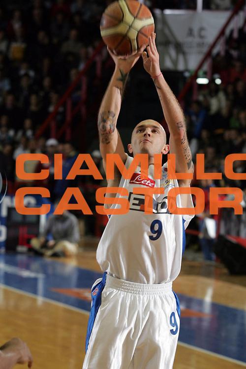 DESCRIZIONE : Napoli Lega A1 2006-07 Eldo Napoli Legea Scafati <br /> GIOCATORE : Spinelli<br /> SQUADRA : Eldo Napoli<br /> EVENTO : Campionato Lega A1 2006-2007 <br /> GARA : Eldo Napoli Legea Scafati <br /> DATA : 10/12/2006 <br /> CATEGORIA : Tiro<br /> SPORT : Pallacanestro <br /> AUTORE : Agenzia Ciamillo-Castoria/A.De Lise <br /> Galleria : Lega Basket A1 2006-2007 <br /> Fotonotizia : Napoli Campionato Italiano Lega A1 2006-2007 Eldo Napoli Legea Scafati<br /> Predefinita :