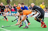 BLOEMENDAAL -  Florian Fuchs (Bldaal) met Justin Reid-Ross (Adam) .  , Hoofdklasse hockey Bloemendaal-Amsterdam (4-2) . COPYRIGHT KOEN SUYK