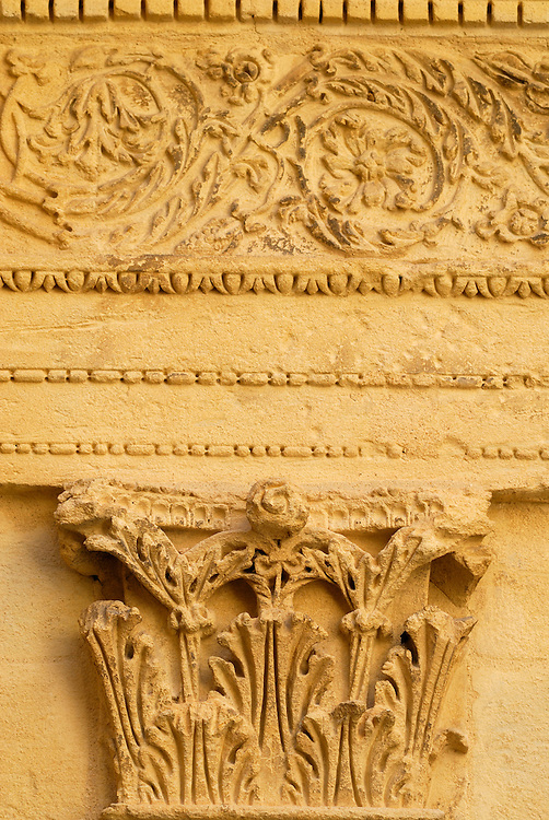 France, Languedoc Roussillon, Gard, Uzège, Uzès, hôtel particulier Dampmartin, cour intérieur, pilastre et frise
