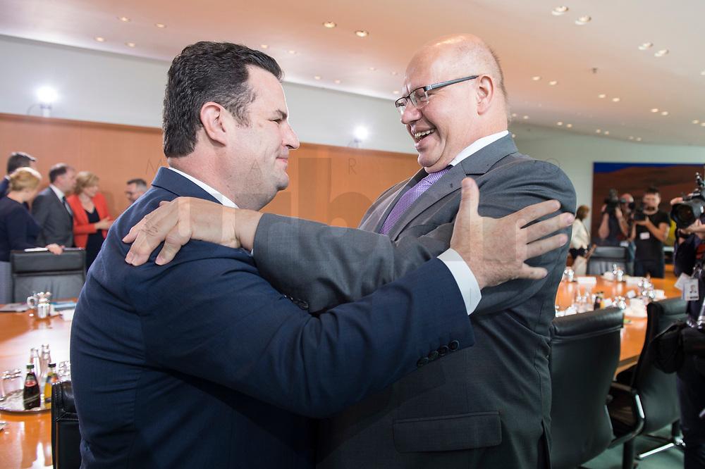 20 JUN 2018, BERLIN/GERMANY:<br /> Hubertus Heil (L), SPD, Bundesarbeitsminister, und Peter Altmeier (R), CDU, Bundeswirtschaftsminister, im Gespraech, vor Beginn der Kabinettsitzung, Bundeskanzleramt<br /> IMAGE: 20180620-01-005<br /> KEYWORDS: Kabinett, Sitzung, Umarmung, Gespräch
