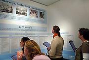 Nederland, Zetten, 6-4-2006..Studenten van het ROC opleiding verpleging, verpleegkundige, in het Museum verpleging en verzorging...Foto: Flip Franssen/Hollandse Hoogte