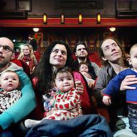 Nederland, Amsterdam , 18 februari 2012..in The Movies (haarlemmerstraat) naar een bioscoopfilm waar ouders hun babies tot 1 jaar mogen meenemen..Experiment afkomstig uit Noorwegen om ouders van 1 jarige baby's buiten de deur te krijgen en ze met baby naar een film in de bioscoop te laten kijken,.Foto:Jean-Pierre Jans