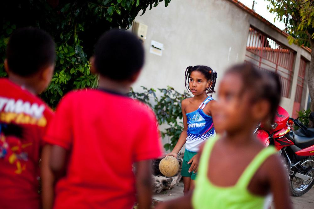 Bom Jesus da Lapa_BA, Brasil...Criancas jogando futebol na rua de Bom Jesus da Lapa, Bahia...The children playing soocer at the street in Bom Jesus da Lapa, Bahia...Foto: LEO DRUMOND / NITRO