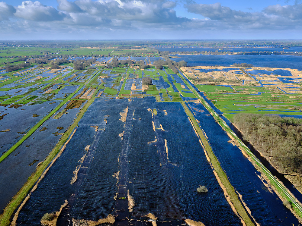 Nederland, Utrecht, Tienhoven, 25-02-2020; Natuurreservaat Trilvenen.<br /> Onderdeel van hetNatura 2000gebiedOostelijke Vechtplassen. Bij het winnen van veen (vervening) ontstaan petgaten of trekgaten die in de loop der eeuwen dichtgegroeid zijn. Door deze begroeiing weg te halen ontstaat weer het (oorspronkelijke) trilveen. Veenweide gebied tussen Tienhoven en Maartensdijk.<br /> Peat meadow area between Tienhoven and Maartensdijk<br /> <br /> luchtfoto (toeslag op standard tarieven);<br /> aerial photo (additional fee required)<br /> copyright © 2020 foto/photo Siebe Swart