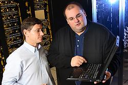 Diretor de TI - Tecnologia da Informação, Nírio Simeão Netska (E) e o Gerente de TI, Marcio Lermen visualizando as operações no DataCenter do Banco SICREDI, em Porto Alegre. Foto: Jefferson Bernardes/Preview.com