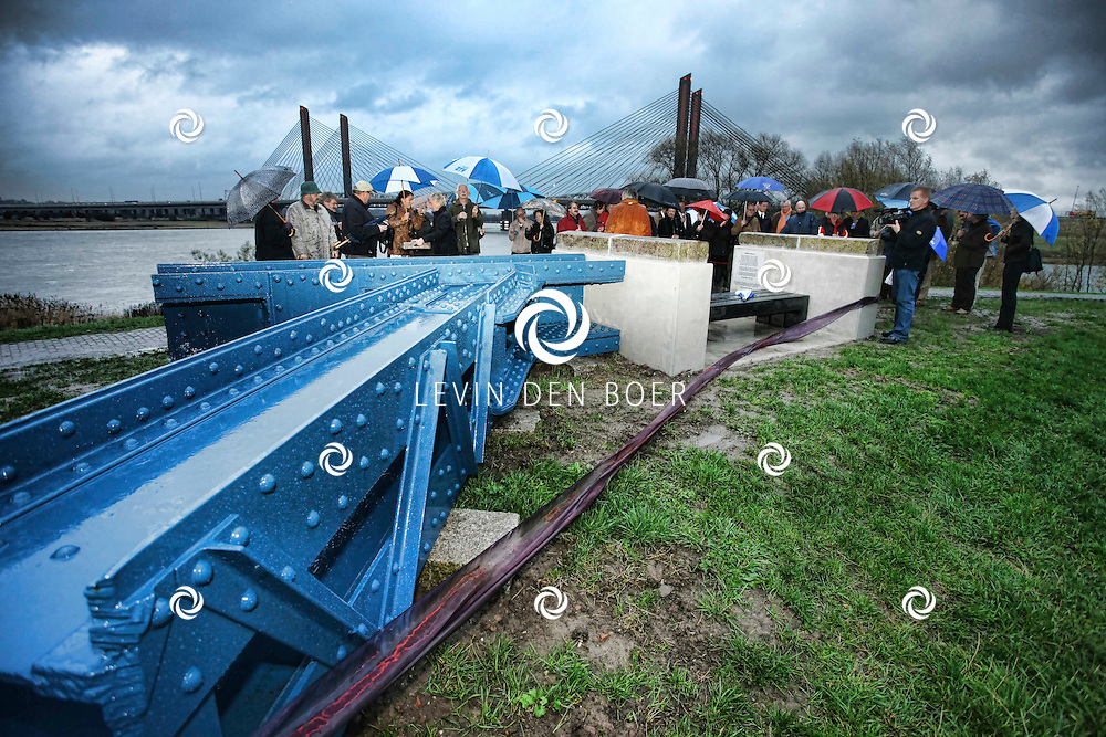 ZALTBOMMEL - Op de Stadsdijk te Zaltbommel werd een heus kunstwerk onthult door wethouder Wilfried Romp. Het kunstwerk is een blijvende herinnering aan de oude Bommelse brug. FOTO LEVIN DEN BOER / PERSFOTO.NU