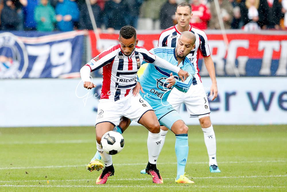 02-10-2016 VOETBAL:WILLEM II - FEYENOORD:TILBURG<br /> Funso Ojo van Willem II in duel met Karim El Ahmadi van Feyenoord <br /> <br /> <br /> Foto: Geert van Erven