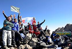 14-10-2008 REPORTAGE: BEKLIMMING MOUNT MERU: TANZANIA<br /> De eerste top Mount Meru is genomen / Topfoto op Socialist Peak<br /> ©2008-WWW.FOTOHOOGENDOORN.NL