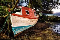 Barco sobre a areia na Praia do Ribeirão da Ilha ao anoitecer. Florianópolis, Santa Catarina, Brasil. / Boat on the sand at Ribeirao da Ilha Beach at evening. Florianopolis, Santa Catarina, Brazil.