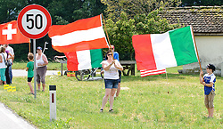 04.07.2010, AUT, 62. Österreich Rundfahrt, 1. Etappe, Dornbirn-Bludenz, im Bild ein Feature mit Zuseher, Fans, EXPA Pictures © 2010, PhotoCredit: EXPA/ S. Zangrando / SPORTIDA PHOTO AGENCY