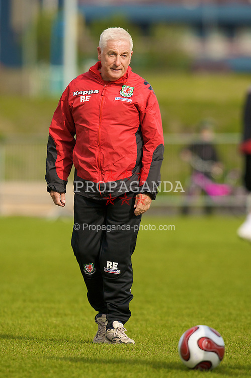 KEFLAVIK, ICELAND - Tuesday, May 27, 2008: Wales' assistant manager Roy Evans during training at the Njardvik training ground in Keflavik ahead of the international friendly match against Iceland. (Photo by David Rawcliffe/Propaganda)