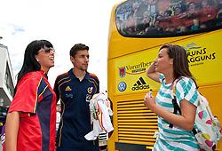 28.05.2010, Flughafen, Innsbruck, AUT, FIFA Worldcup Vorbereitung, Ankunft Spanien, im Bild Jesús Navas mit spanischen Fans, EXPA Pictures © 2010, PhotoCredit: EXPA/ J. Groder / SPORTIDA PHOTO AGENCY