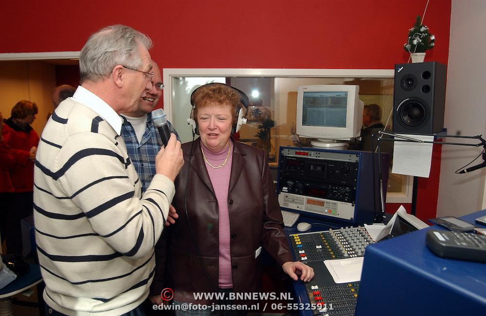 Burgemeester & wethouder gemeente Huizen verzorgen radio uitzending bij Radio Phohi