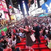 Selfie in Times Square, la più famosa, luminosa e caotica piazza di New York.