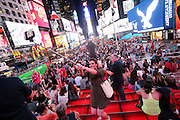 Selfie in Times Square, la più famosa, luminosa e caotica piazza di New York.