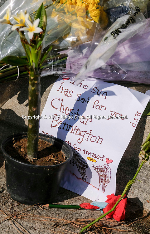 7月21日,在美国洛杉矶帕洛斯弗迪斯庄园,鲜花和蜡烛摆放在林肯公园&rdquo;乐队主唱切斯特&middot;本宁顿屋外。美国警方20日证实,著名摇滚乐队&ldquo;林肯公园&rdquo;的主唱切斯特&middot;本宁顿当天在洛杉矶家中疑似自杀身亡,终年41岁。新华社发 (赵汉荣摄)<br /> Flowers, messages and candles are played at a memorial site outside of Chester Bennington's home of  in Palos Verdes Estates, California, the United States, on Friday, July 21, 2017. Chester Bennington, lead singer of alt-rock band Linkin Park, was found dead on Thursday morning in his Palos Verdes Estates home of an apparent suicide. He was 41.(Xinhua/Zhao Hanrong)(Photo by Ringo Chiu)<br /> <br /> Usage Notes: This content is intended for editorial use only. For other uses, additional clearances may be required.