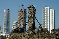 Panamá, 21 de Enero 2010.  Vista de los restos arquitectónicos de Panamá Viejo en contraste con la construcción las nuevas edificaciones en la ciudad de Panamá. Panamá Viejo es el nombre con que se conoce a los vestigios arquitectónicos del Conjunto Monumental Histórico de la primera ciudad española, fundada en la costa del Pacífico de América el 15 de agosto de 1519 por Pedro Arias de Ávila. Panamá Viejo fue declarado Conjunto Monumental Histórico por el Gobierno de Panamá mediante la ley 91 del 22 de diciembre de 1976..Foto: Ramon Lepage / Istmophoto.