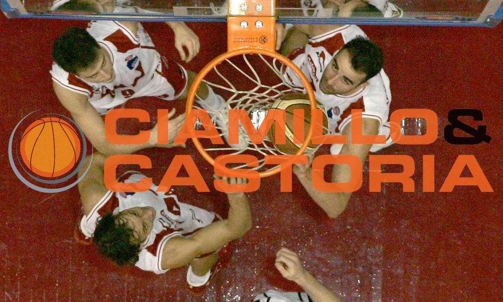 DESCRIZIONE : Milano Lega A1 2005-06 Armani Jeans Milano Whirlpool Varese <br /> GIOCATORE : Bulleri Coldebella Fajardo Curiosita <br /> SQUADRA : Armani Jeans Milano <br /> EVENTO : Campionato Lega A1 2005-2006 <br /> GARA : Armani Jeans Milano Whirlpool Varese <br /> DATA : 08/01/2006 <br /> CATEGORIA : Rimbalzo <br /> SPORT : Pallacanestro <br /> AUTORE : Agenzia Ciamillo-Castoria/C.Scaccini