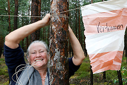 """Am 29. Juni 2014 begeht die Ökumenische Initiative """"Gorlebener Gebet"""" ihr 25-jähriges Bestehen. Seit 1989 feiert die Initiative jeden Sonntag unter freiem Himmel einen Gottesdienst in Sichtweite des so genannten Erkundungsbergwerks im Wald bei Gorleben. Dabei ist noch kein einziges Gebet ausgefallen. Im Bild: Jutta von dem Bussche von widerSetzen<br /> <br /> Ort: Gorleben<br /> Copyright: Andreas Conradt<br /> Quelle: PubliXviewinG"""