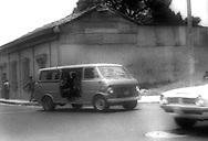 Miembros de la guardia nacional transitan por una de las principales calles de San Salvador en 1980.(IL Photo).