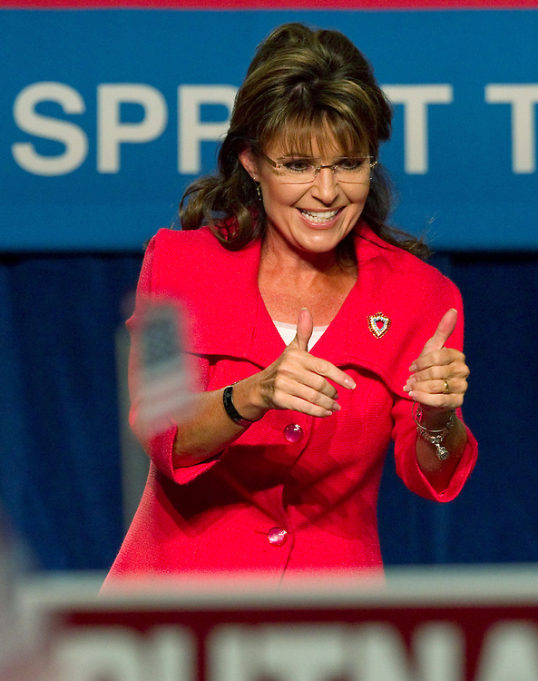 Former Alaska governor Sarah Palin gives the thumbs after speaking at the Republican Victory 2010 Fundraising Rally in Orlando, Florida October 23, 2010. REUTERS/Scott Audette   (UNITED STATES)