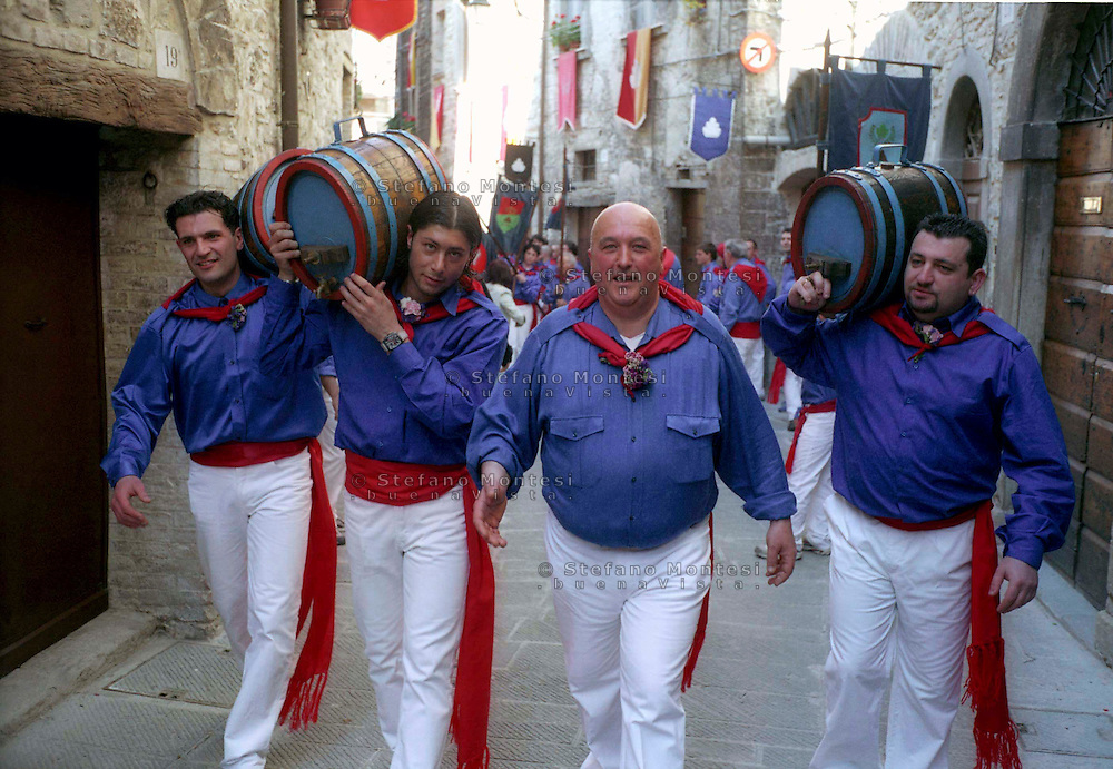 Gubbio 15 MAY 2004..Festival of the Ceri..The parade the ceraioli of St George whit the barrel  ....http://www.ceri.it/ceri_eng/index.htm..